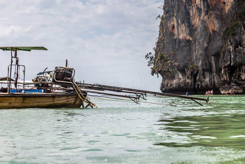 从卡车的自制引擎在一个长尾的汽船登上以一个沙滩为背景与 免版税库存图片