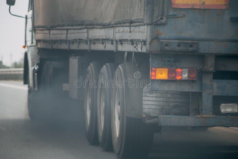 从卡车车排气管的大气污染在路 免版税库存照片