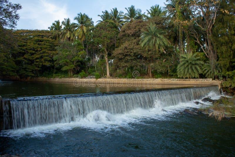 从印度卡纳塔克省迈索尔的Krishna Raja Sagara大坝通过运河流入卡韦里河的美丽景色 流 库存图片