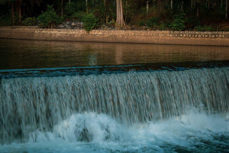 从印度卡纳塔克省迈索尔的Krishna Raja Sagara大坝通过运河进入卡韦里河的近距离观察 流 库存照片