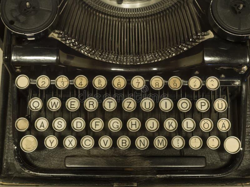 从历史的古色古香的控制台打字机键盘 免版税库存照片