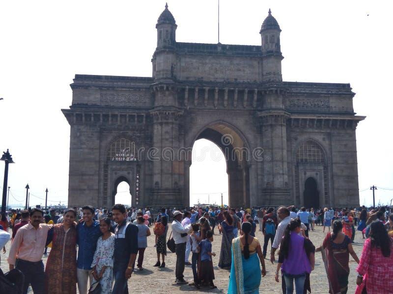 从参观Taj旅馆的长途的游人Come的,位于在印度的门户附近 免版税库存照片