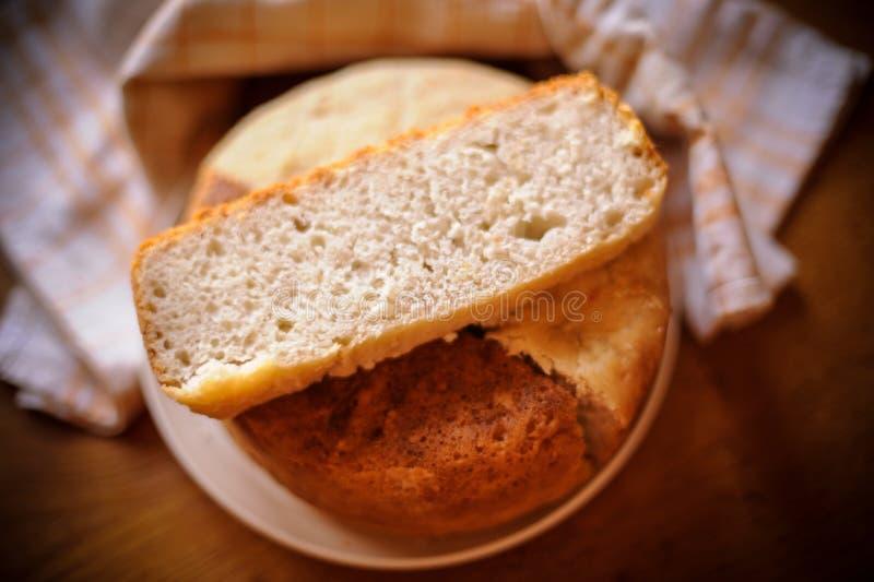 从发酵面团的家制面包在面包制作商烘烤了 手工制造 免版税库存照片