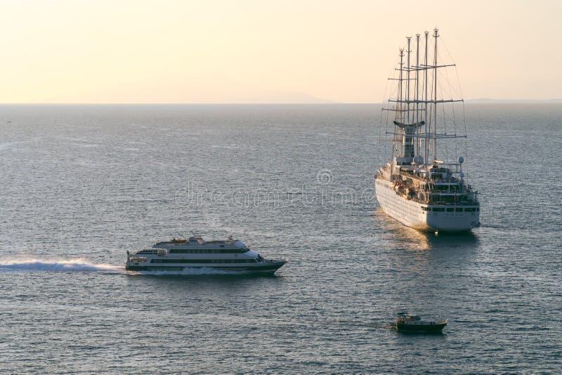 从口岸的豪华巡航远洋班轮船航行在日出,日落,意大利索伦托海湾,旅行游览,在船的工作,空位 库存图片