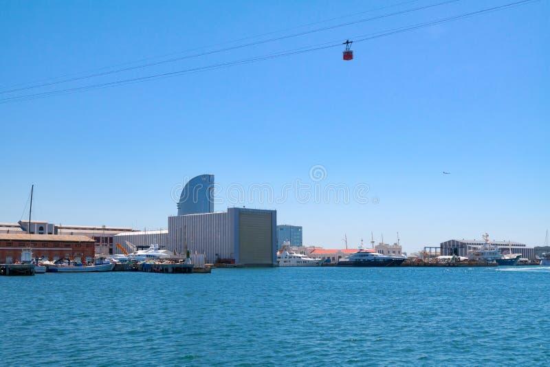 从口岸Vell的看法在有缆车的港口在它和旅馆W巴塞罗那在背景中- 2016年5月2日,巴塞罗那,西班牙 库存图片