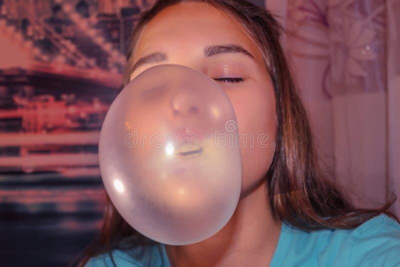从口香糖的泡影 免版税库存图片