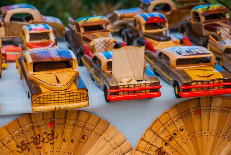 从古巴的纪念品 木玩具,减速火箭的老汽车 免版税图库摄影