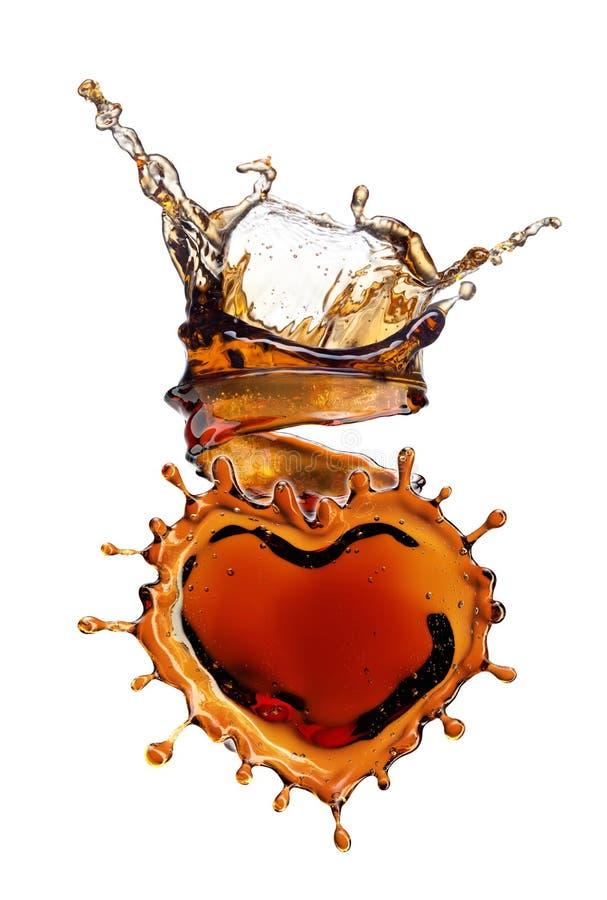 从可乐飞溅的心脏与在白色隔绝的泡影 免版税库存图片