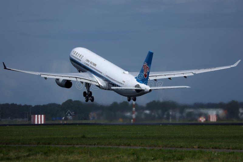 从史基普机场离开的中国南方航空股份有限公司喷气机,AMS 库存图片