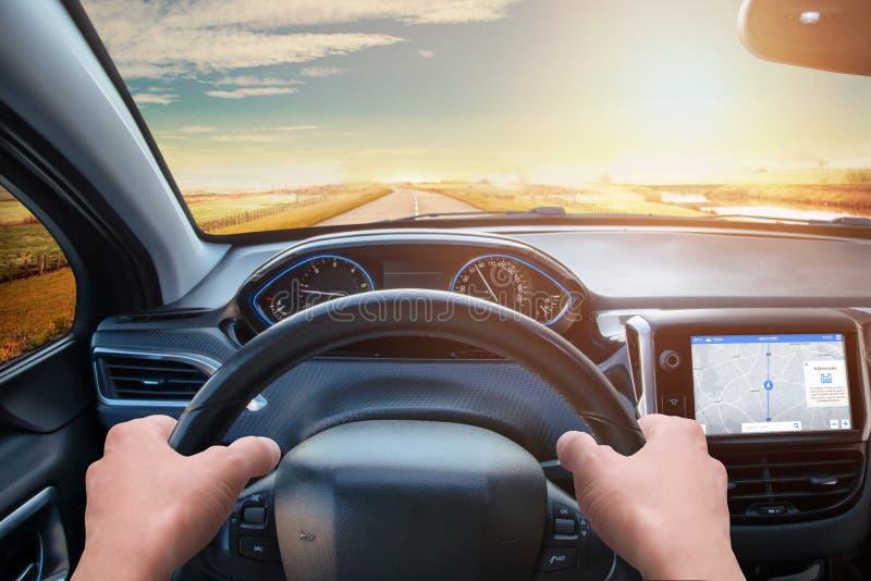 从司机` s的看法注视到方向盘和路 免版税库存图片