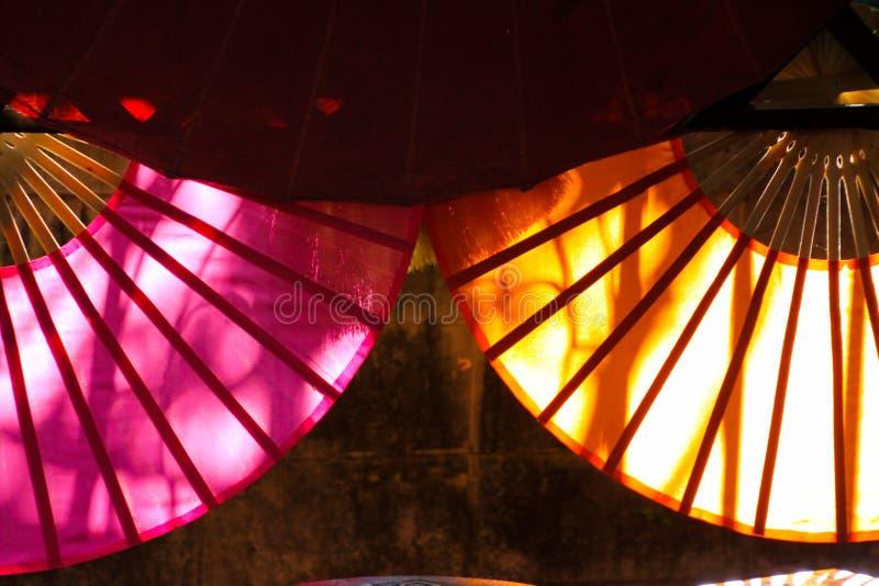 从后面的太阳照亮的纸伞在清迈,泰国 免版税库存照片