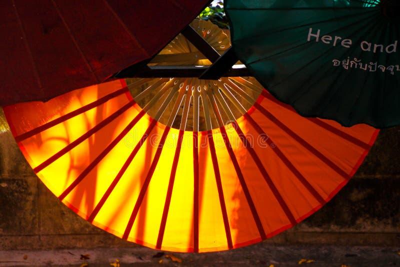 从后面的太阳照亮的纸伞在清迈,泰国 免版税库存图片