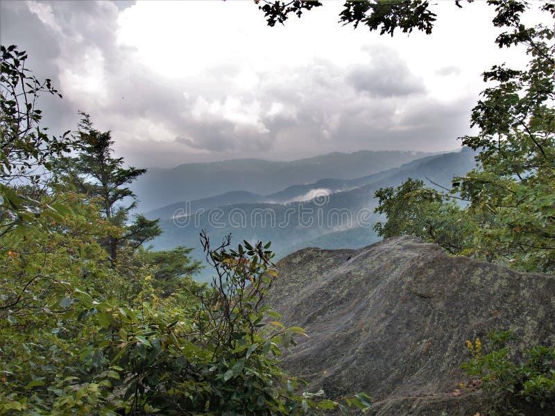 从吹的岩石的蓝岭山脉 库存图片