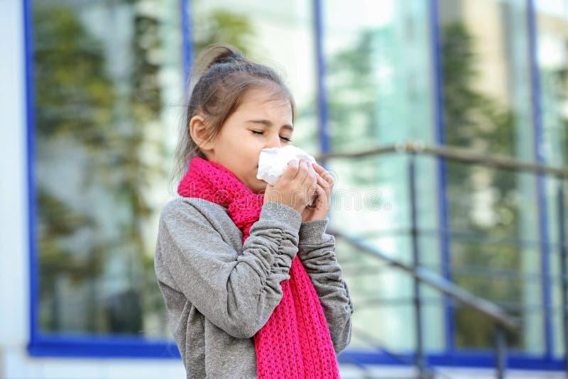 从咳嗽和寒冷的女孩痛苦 库存照片