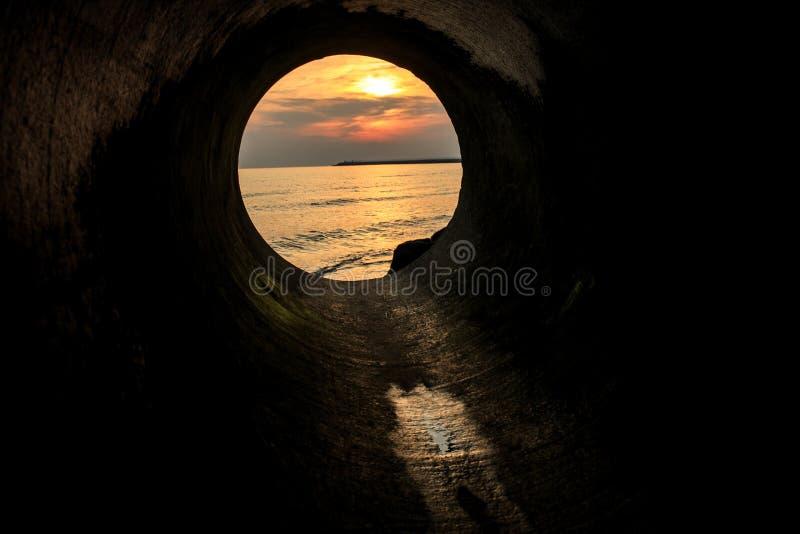 从圆的窗口、太阳和云彩的海视图 库存照片