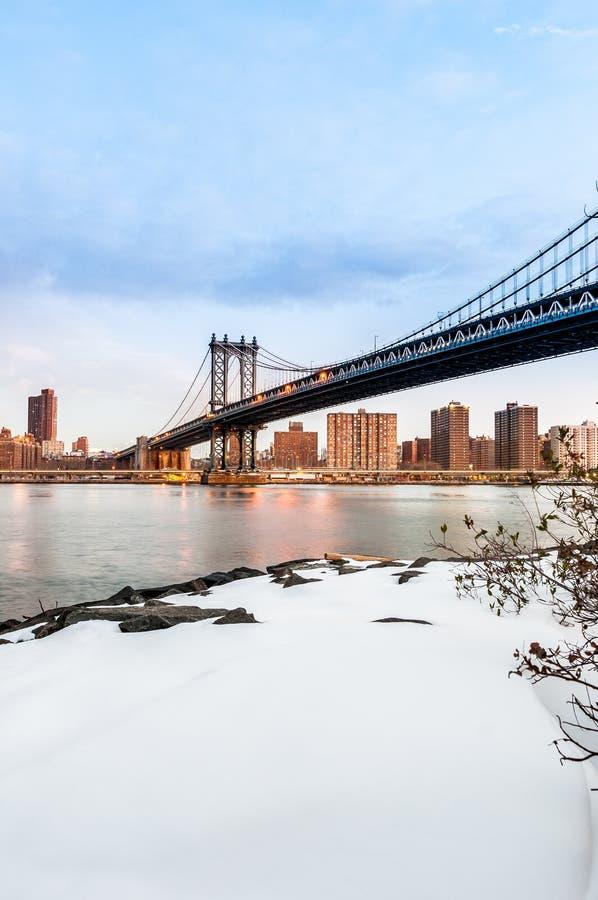 从圆石滩的曼哈顿地平线在布鲁克林,美国 免版税库存照片