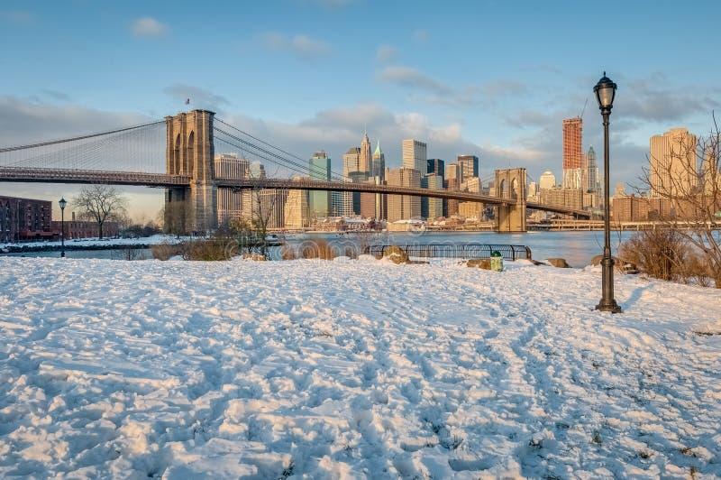 从圆石滩的曼哈顿地平线在布鲁克林,美国 免版税库存图片