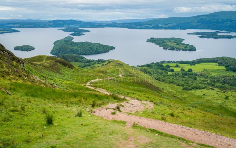 从圆锥形小山的全景瞄准镜在洛蒙德湖在斯特灵,苏格兰理事会地区  免版税库存照片