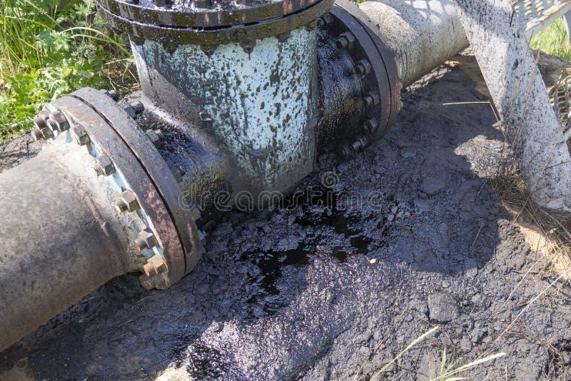 从土壤的作用自然沾染与化学制品和油 环境灾害,环境的污秽,毒性, 免版税库存照片