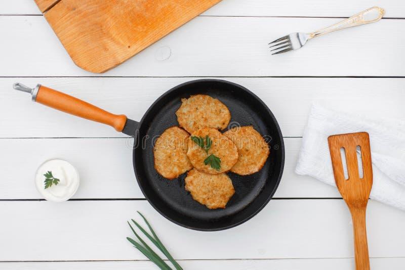 从土豆的可口薄煎饼在煎锅 库存图片