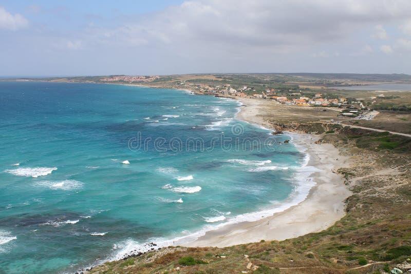 从圣乔瓦尼` s塔的顶端圣乔瓦尼di Sinis海滩在撒丁岛意大利 免版税库存照片