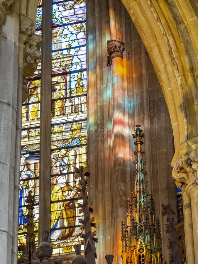 从圣保罗` s大教堂的内部细节列日、比利时、污迹玻璃窗和阳光反射的 免版税图库摄影