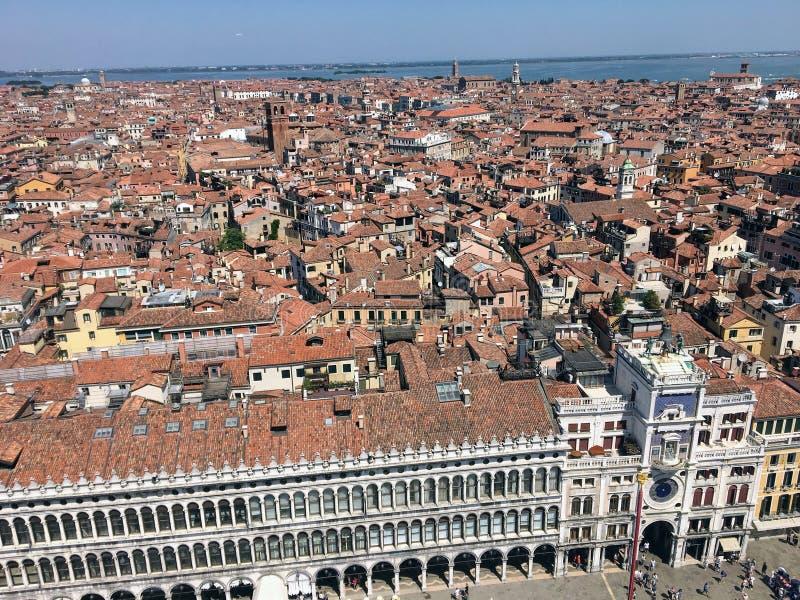 从圣圣看下来在与游人和下面惊人的城市的正方形的标记正方形的顶端标记钟楼的一个看法  免版税图库摄影