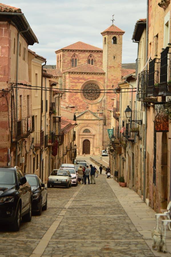 从圣玛丽亚大教堂一条陡峭的街道的美丽的景色在Siguenza 建筑学,旅行,新生 库存图片