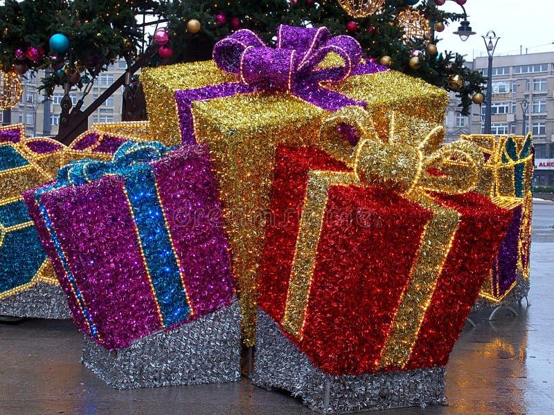 从圣诞树下面的礼物 库存照片