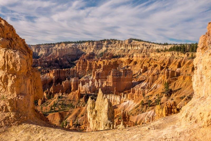 从在与令人惊讶的不祥之物的两砂岩不祥之物之间采取的所有它的荣耀的惊人的布赖斯峡谷在距离与 免版税库存图片
