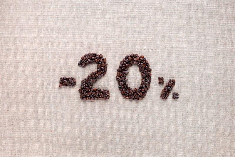 从在中心排列的咖啡豆的20%折扣 免版税库存图片