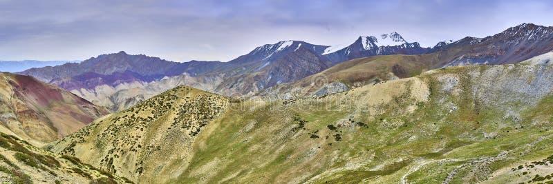 从在喜马拉雅山山的一张Gandala通行证采取的美好的五颜六色的全景风景在拉达克,印度 库存图片