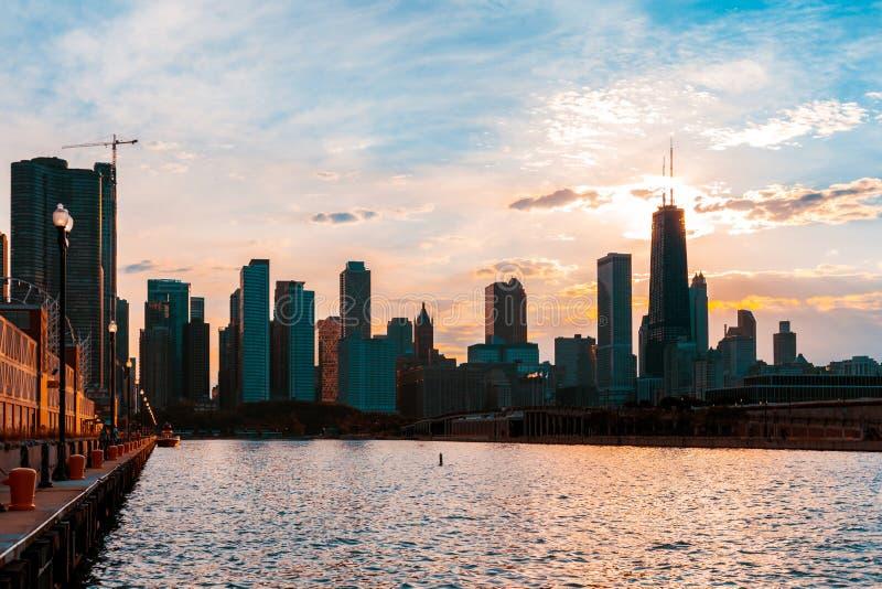 从在密歇根湖的码头观看的芝加哥地平线用sunse 库存照片