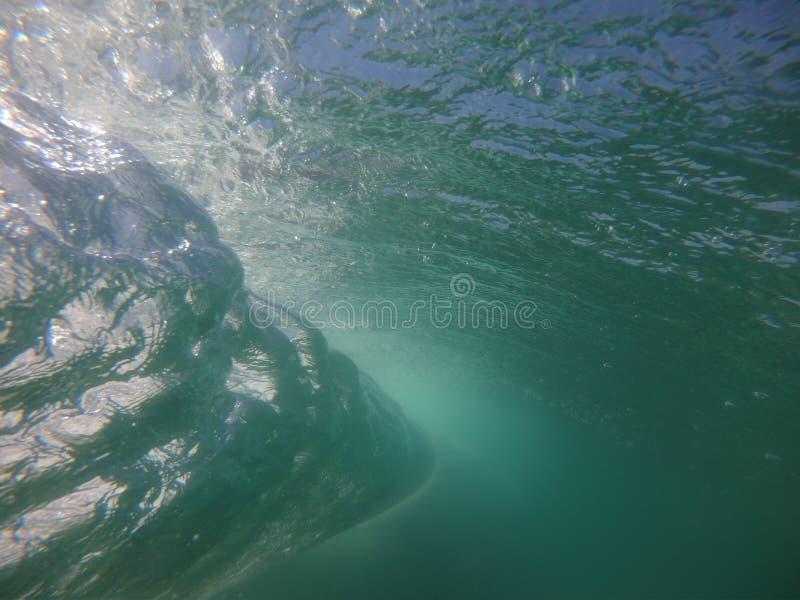 从在巴拉da Tijuca& x27海滩断裂的波浪的后面被拍的照片;s海滩,里约热内卢-巴西 免版税库存图片