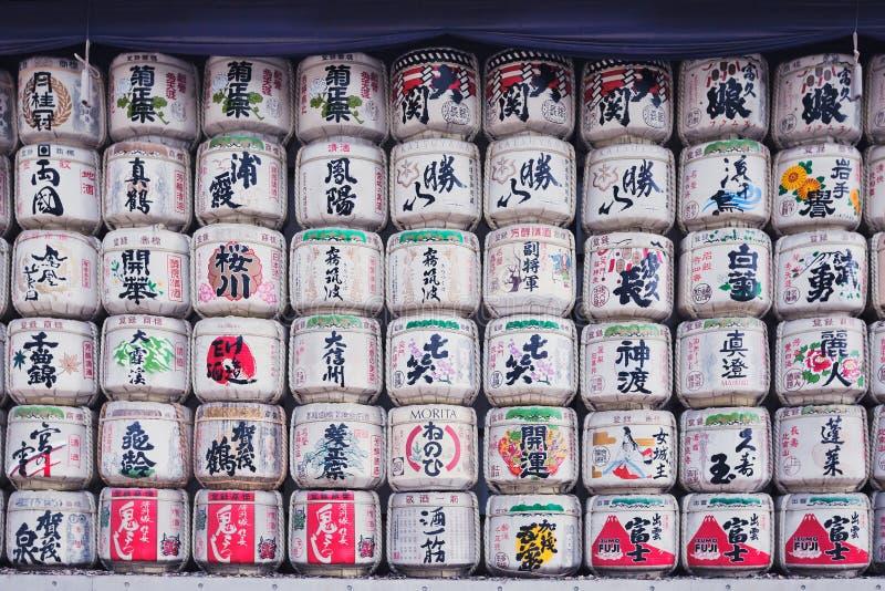 从在日本到美济礁神功皇后寺庙,东京,日本附近的缘故酿酒者缘故捐赠的桶 免版税库存图片