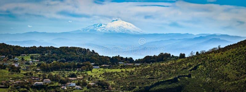 从在武尔卡诺岛海岛上的火山的顶端被看见的Etna火山在风神海岛,西西里岛,意大利 库存图片
