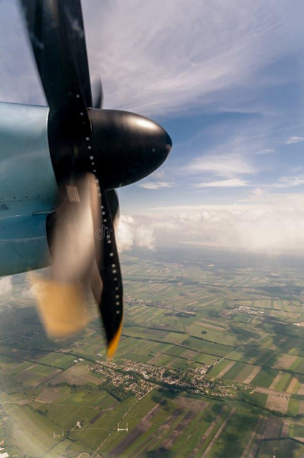 从在飞行中螺旋桨推进式飞机的窗口的美好的托斯坎农村风景 免版税库存图片