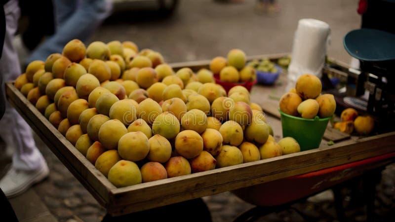 从地方农夫` s市场的新鲜的桃子 图库摄影