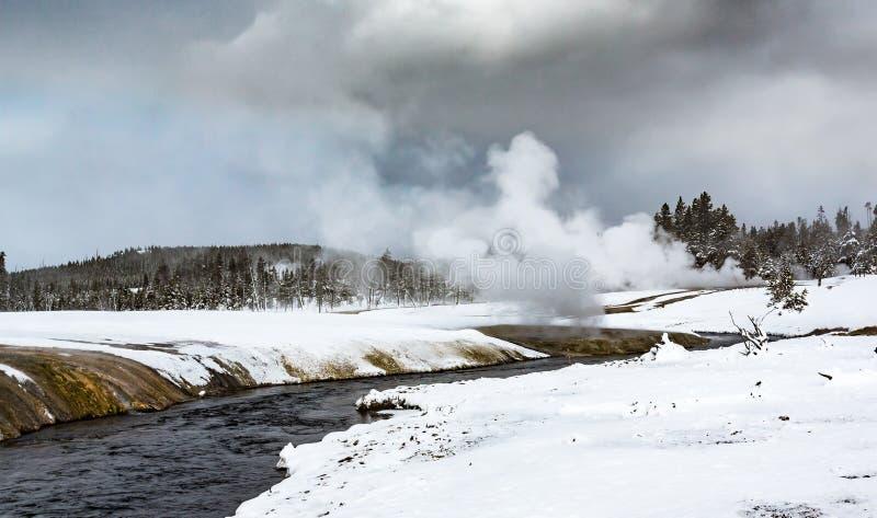 从地热水池的热的蒸汽和薄雾上升在黄石 库存图片
