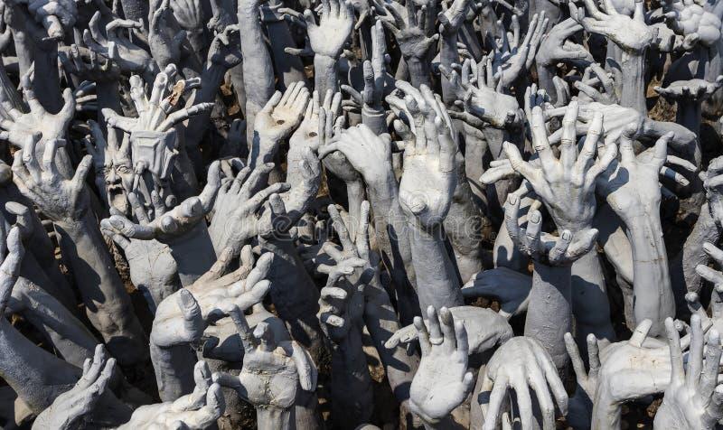 从地狱的手雕象在Wat清莱的,泰国荣Khun 免版税图库摄影