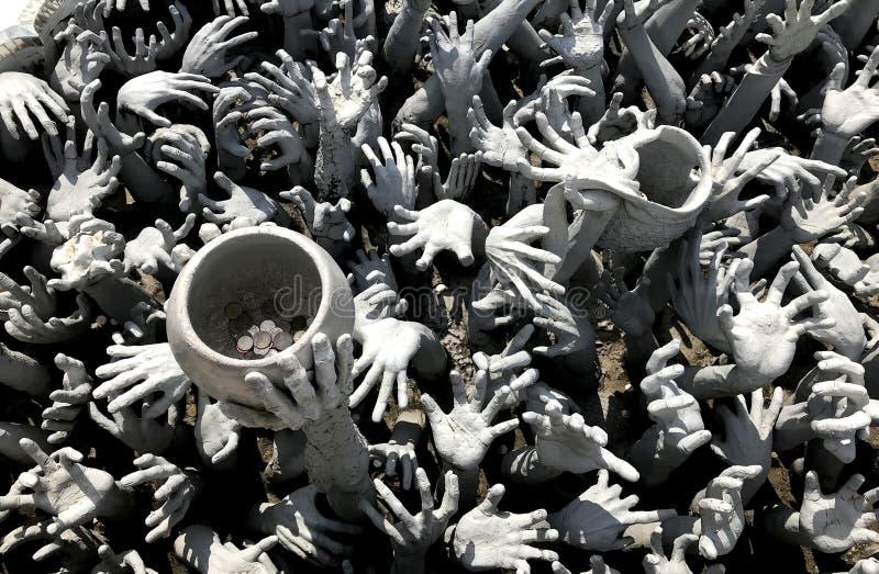 从地狱的手,白色寺庙,清莱泰国 免版税库存照片