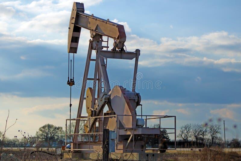 从地球的泵浦起重器泵浦工作油 图库摄影