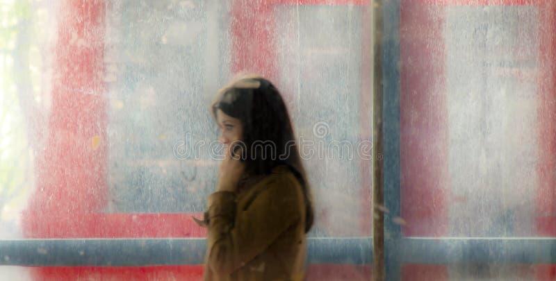 从地铁街道段落走出去的模糊的少妇和 库存照片