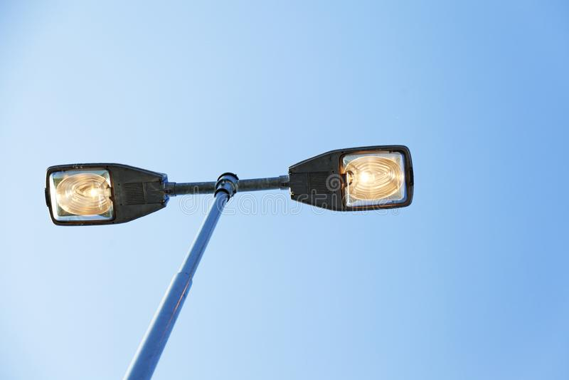 从地面的街灯视图在于默奥 免版税图库摄影