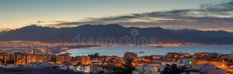 从埃拉特以色列周围的小山的全景夜的看法  免版税库存照片