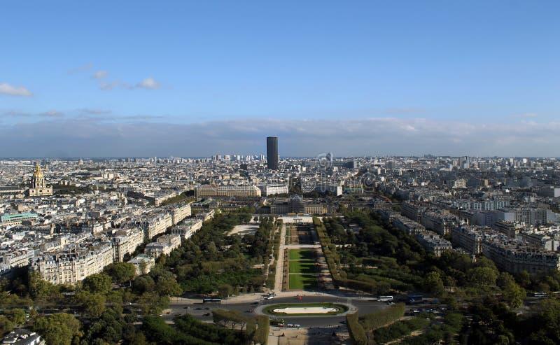 从埃菲尔铁塔在巴黎-暗藏的公寓的顶端看法在埃菲尔Towe顶部 库存图片