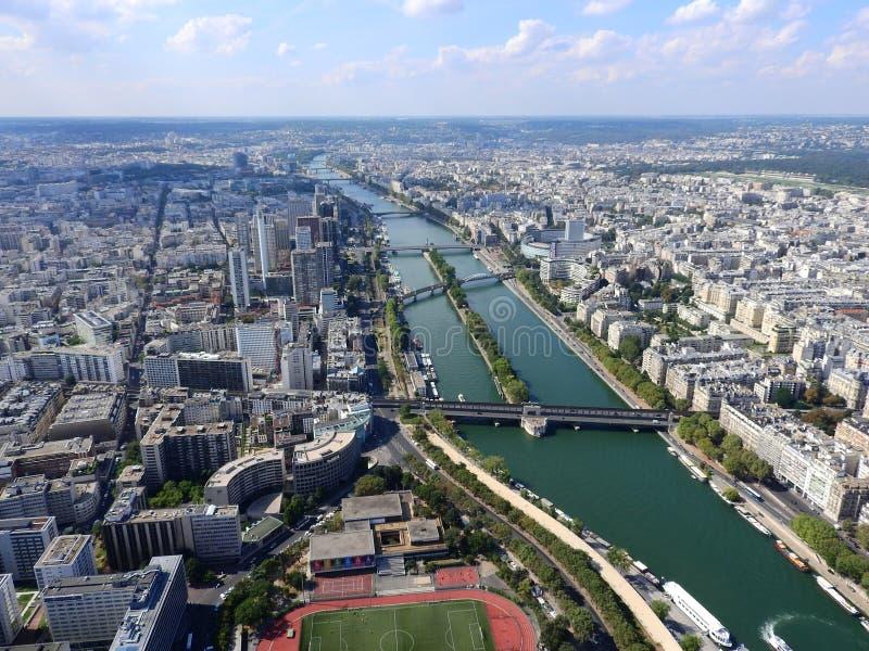 巴黎的中心从高度的 从埃菲尔铁塔的看法在河塞纳河 r 图库摄影