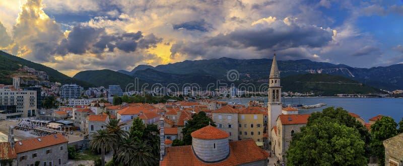 从城堡的布德瓦奥尔德敦空中日落视图有三位一体教会和亚得里亚海的在黑山,巴尔干 免版税库存图片
