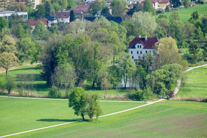 从城堡Hohenwerfen的看法对Salzachtal在Werfen萨尔茨堡奥地利-在背景中山Hohen Tauern 免版税库存照片