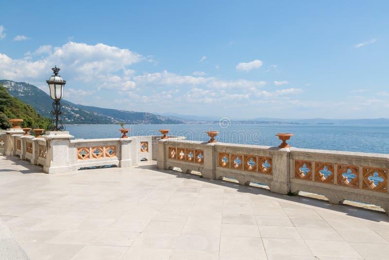 从城堡Miramare的里雅斯特,意大利的大阳台视图 免版税库存图片